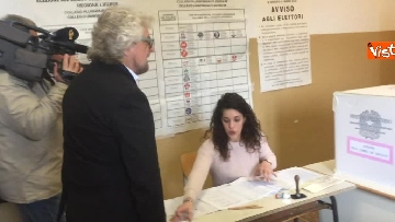1 - Beppe Grillo al seggio elettorale, il momento del voto