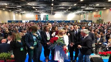 2 - Meloni fa foto con i candidati di FdI alle europee