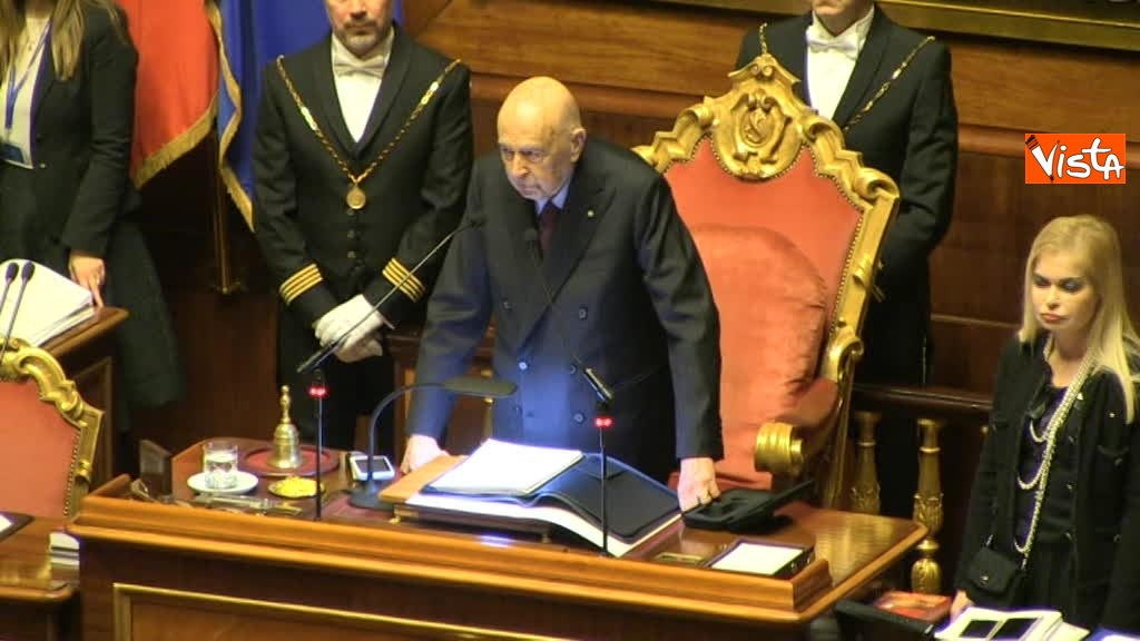 23-03-18 Napolitano in piedi per l'apertura della prima seduta del Senato 00_356590291749282035916