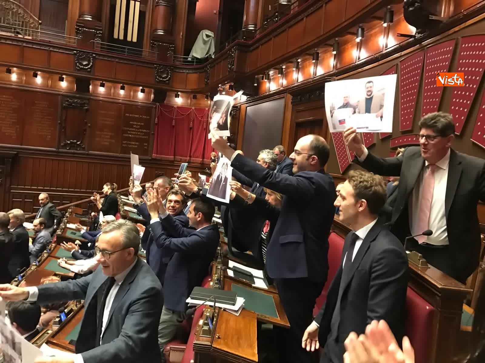 16-07-19 Caso Russia, protesta del PD in Aula, i deputati alzano foto di Salvini e Savoini insieme