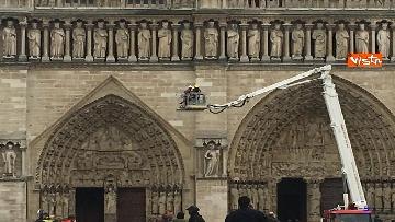 9 - Notre-Dame, la cattedrale devastata dopo l'incendio che ha fatto crollare tetto e guglia