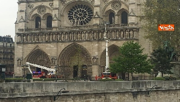 1 - Notre-Dame, la cattedrale devastata dopo l'incendio che ha fatto crollare tetto e guglia