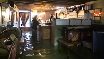 1 - Maltempo a Venezia, tutti sott'acqua, i negozianti:
