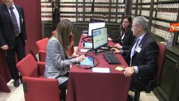 1 - Primo giorno alla Camera, i nuovi eletti alle prese con la registrazione a Montecitorio