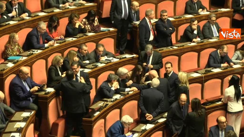24-03-18 L'attesa per il voto e' lunga, in aula al Senato si creano capannelli di parlamentari 01_273937967938124317379