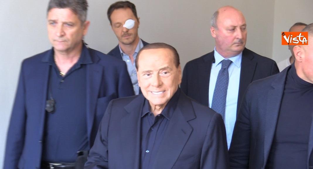 Silvio Berlusconi esce dall'ospedale San Raffaele