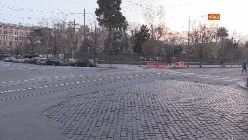 1 - I portici di piazza Vittorio a Roma deserti. Il quartiere è spento