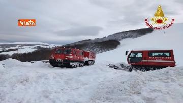 1 - Neve a Castelluccio di Norcia, cingolati dei Vigili del Fuoco soccorrono mandria di 51 cavalli
