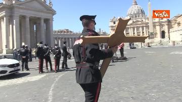 1 - I Carabinieri portano la croce a Piazza San Pietro