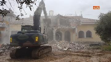 7 - La demolizione della villa dei Casamonica