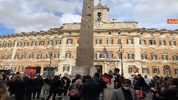 8 - Organizzatori di eventi scendono in piazza a Montecitorio. Le immagini della protesta