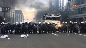 3 - I 'gilet gialli' manifestano a Bruxelles, a fuoco due camionette della polizia