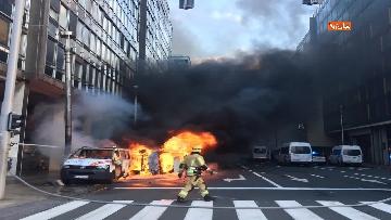 2 - I 'gilet gialli' manifestano a Bruxelles, a fuoco due camionette della polizia