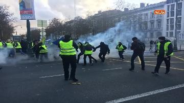 4 - I 'gilet gialli' manifestano a Bruxelles, a fuoco due camionette della polizia