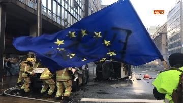 1 - I 'gilet gialli' manifestano a Bruxelles, a fuoco due camionette della polizia