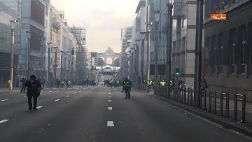 6 - I 'gilet gialli' manifestano a Bruxelles, a fuoco due camionette della polizia