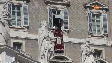 6 - Papa Francesco celebra l'Angelus in Piazza San Pietro