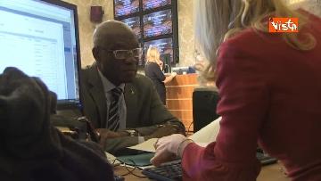 5 - Tony Iwobi, il primo senatore di colore fa il suo ingresso al Senato