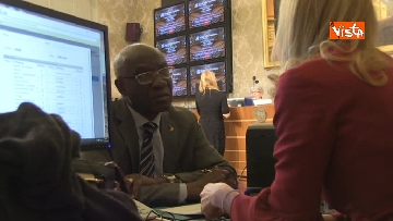 6 - Tony Iwobi, il primo senatore di colore fa il suo ingresso al Senato