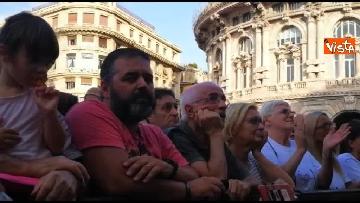 6 - Crollo ponte, le lacrime dei genovesi alla commemorazione in piazza
