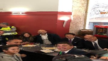 2 - Conte, Di Maio e Zingaretti in un bar di Narni