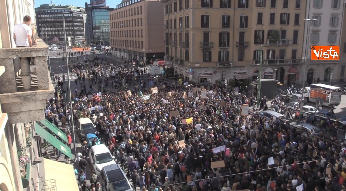La 'marea' degli studenti attraversa le strade di Milano