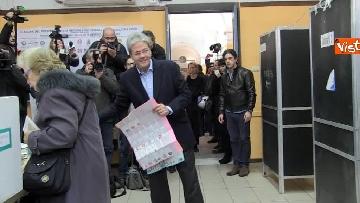 6 - Gentiloni vota e si rivolge alla stampa: ''Auguri a tutti, buona giornata''