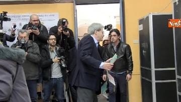 4 - Gentiloni vota e si rivolge alla stampa: ''Auguri a tutti, buona giornata''