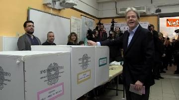 7 - Gentiloni vota e si rivolge alla stampa: ''Auguri a tutti, buona giornata''