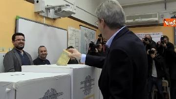 8 - Gentiloni vota e si rivolge alla stampa: ''Auguri a tutti, buona giornata''
