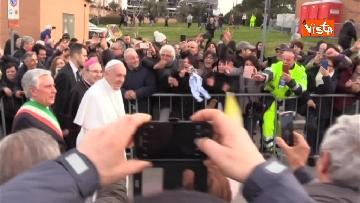7 - Papa Francesco a piedi tra i fedeli a Pietralcina, nella terra di San Pio