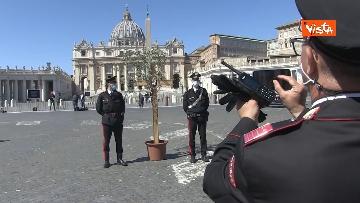 3 - I Carabinieri portano la croce a Piazza San Pietro