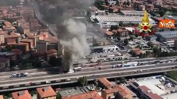 8 - Due camion a fuoco, un morto, chiusa l'A14 a Bologna