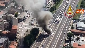 6 - Due camion a fuoco, un morto, chiusa l'A14 a Bologna