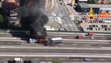 4 - Due camion a fuoco, un morto, chiusa l'A14 a Bologna