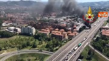 3 - Due camion a fuoco, un morto, chiusa l'A14 a Bologna