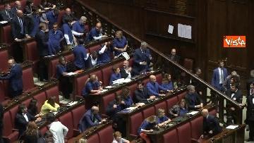 9 - Protesta FdI in aula Camera con magliette azzurre: ''Solidarietà a italiani poveri''