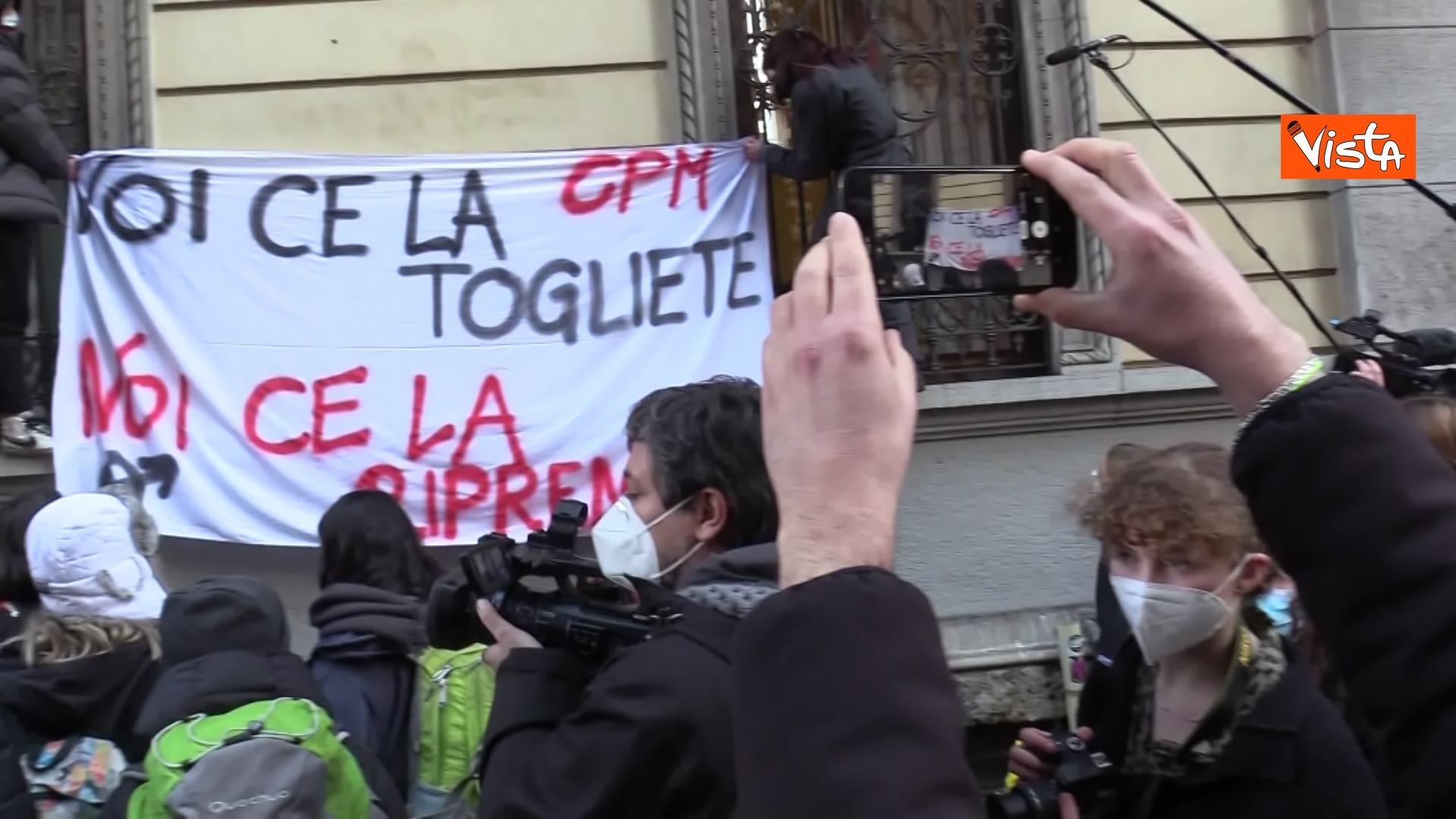 13-01 finita l occupazione del liceo manzoni a milano_06. l'uscita dei ragazzi con cori e striscioni