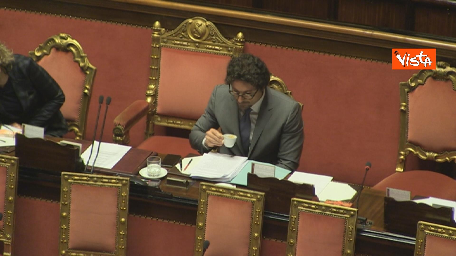 21-03-19 Mozione sfiducia per Toninelli al Senato le immagini dell Aula_il ministro beve un caffe 02