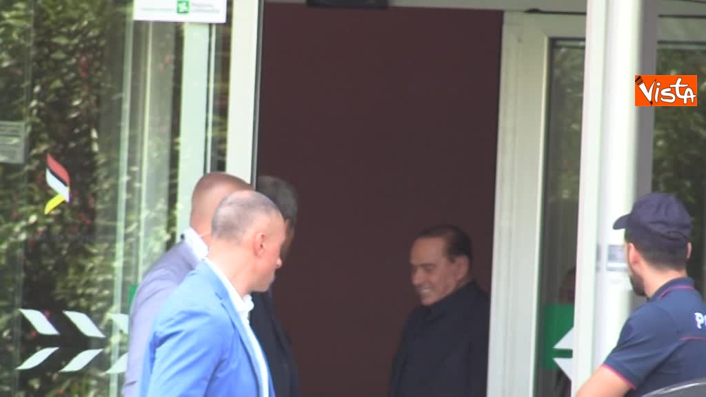 02-08-18 Berlusconi esce dal san raffaele 00_425843461822501197654