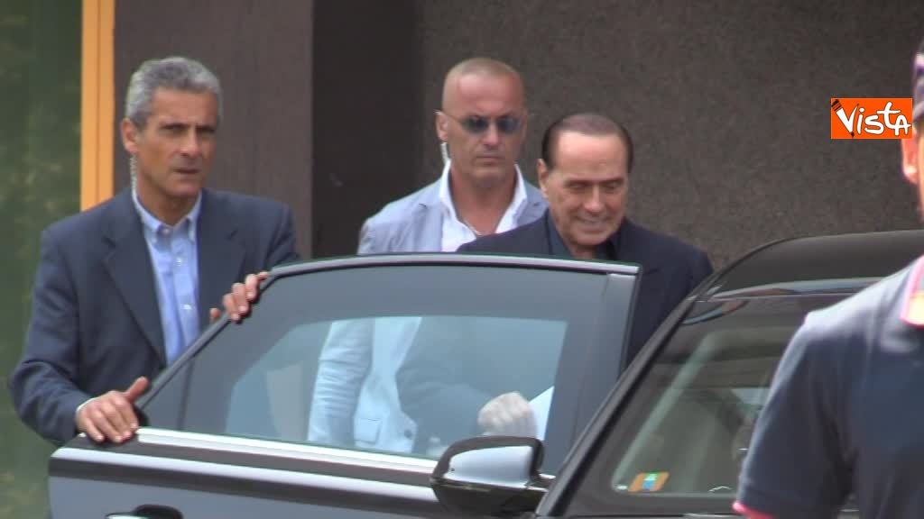 02-08-18 Berlusconi esce dal san raffaele 00_425668231396159035699
