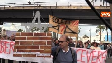 1 - Crollo ponte, la manifestazione degli sfollati a Genova