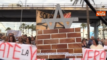 2 - Crollo ponte, la manifestazione degli sfollati a Genova