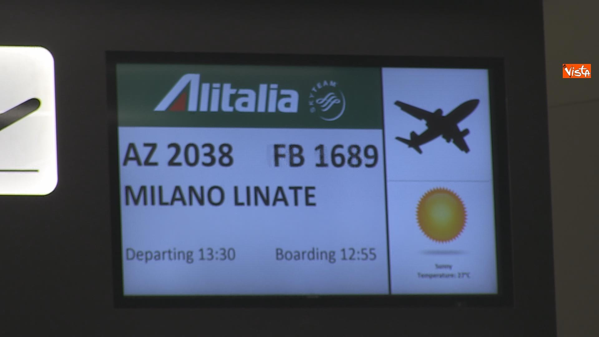 Schermo del gate di imbarco del primo volo Covid-free Roma-Milano.