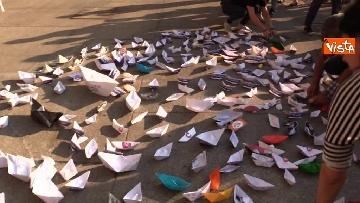 3 - Flash Mob in centro a Milano, barchette di carta contro trattato di Dublino