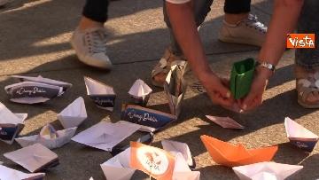 5 - Flash Mob in centro a Milano, barchette di carta contro trattato di Dublino
