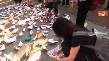 4 - Flash Mob in centro a Milano, barchette di carta contro trattato di Dublino