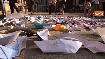 7 - Flash Mob in centro a Milano, barchette di carta contro trattato di Dublino