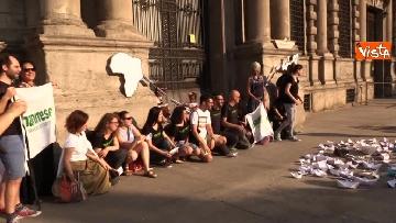 2 - Flash Mob in centro a Milano, barchette di carta contro trattato di Dublino