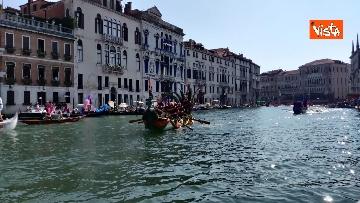 1 - La Regata Storica a Venezia, le immagini dello spettacolare corteo che sfila nel Canal Grande